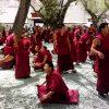 チベット/ラサ。チベット仏教徒の問答修行